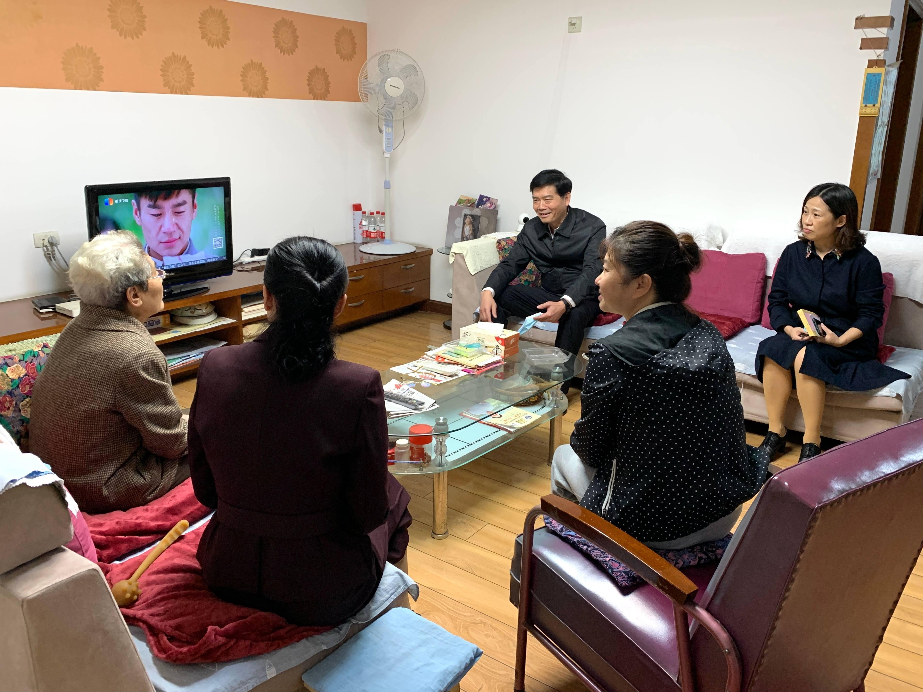 重阳敬老 情暖金秋 市二院开展重阳节走访慰问离退休老干部活动