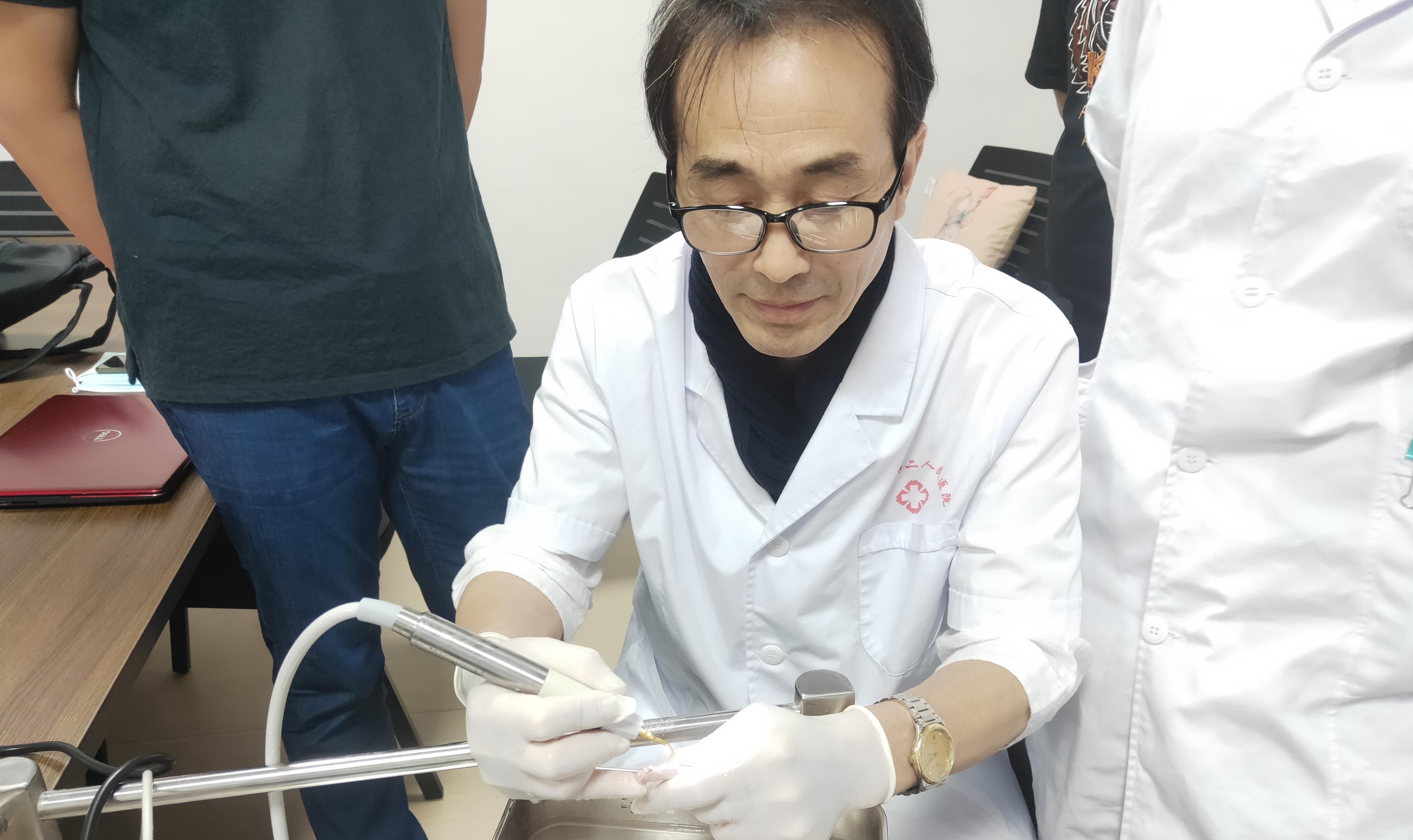 【诊疗一线】微创拔牙新突破 市二院口腔科成功引进超声骨刀