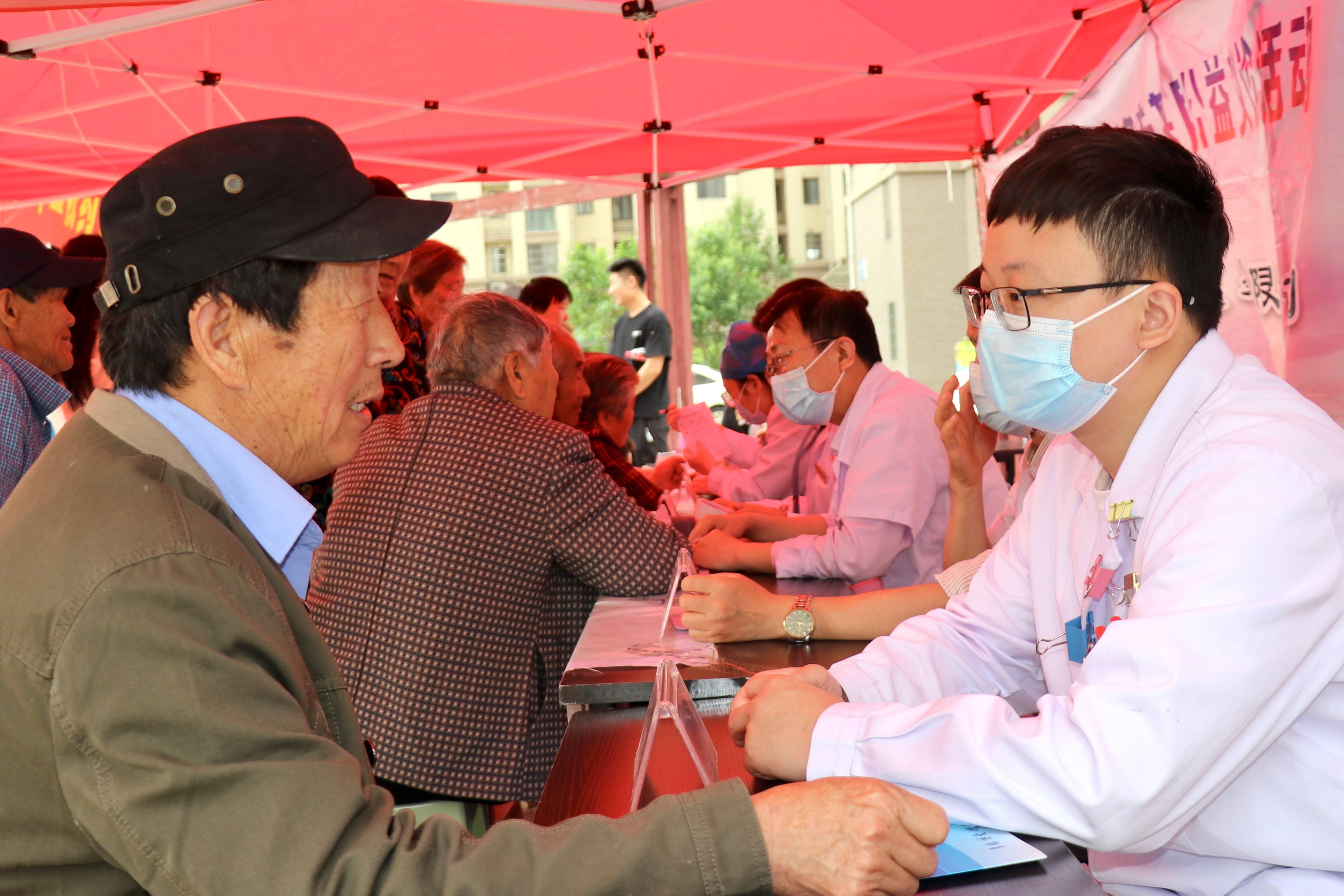 我为群众办实事 健康义诊进社区 ——蚌埠二院赴山王村开展文明共建义诊活动